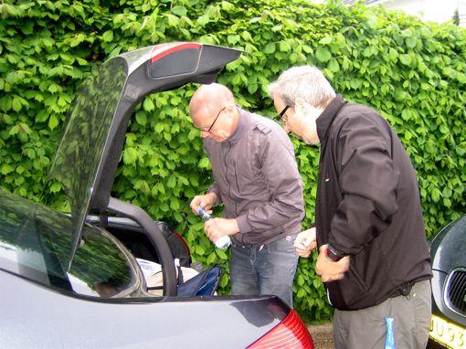 Peder og Thomas er ved at gøre forplejninger klar til Leif